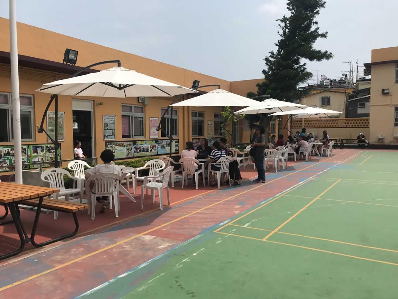 國民小學裡,學校與家長關係密切,家長們都喜歡在操場的戶外坐位上與街坊聊天等孩子放學。