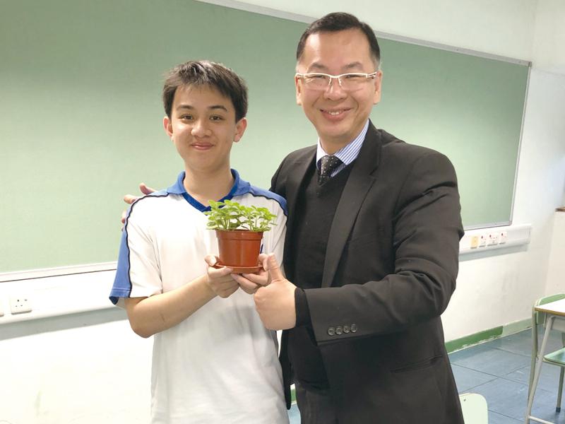 彭校長鼓勵同學參與種花及盆栽義賣活動,提升他們環保意識。