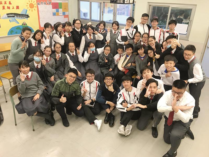 何校長希望學校能營造一個關愛的環境,讓學生可以茁壯成長。