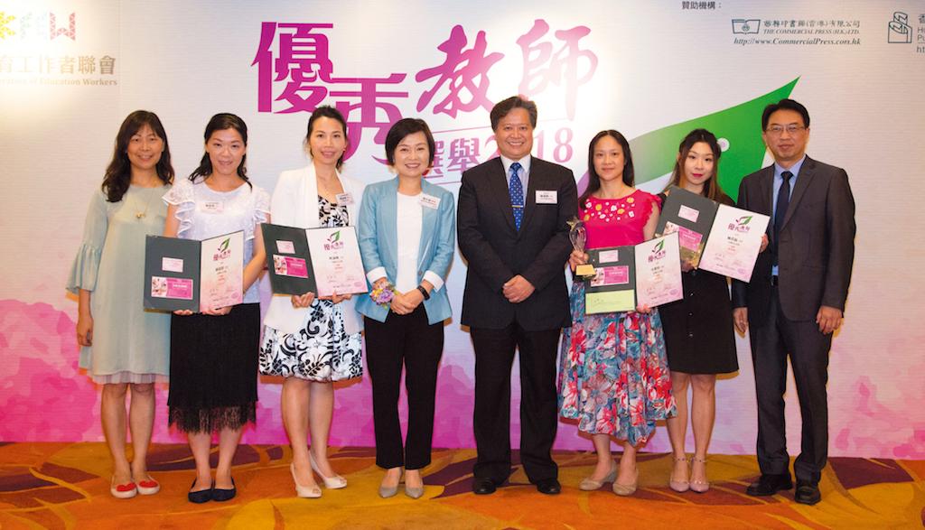 該校老師榮獲優秀教師獎,陳校長親自到場恭賀。
