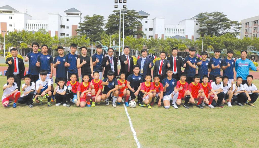 學校與東莞市光正實驗中學進行足球友誼賽,展示活力。
