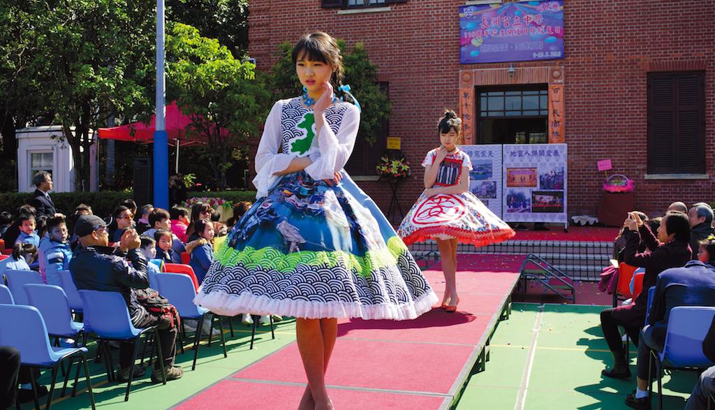 同學在時裝表演秀粉墨登場。