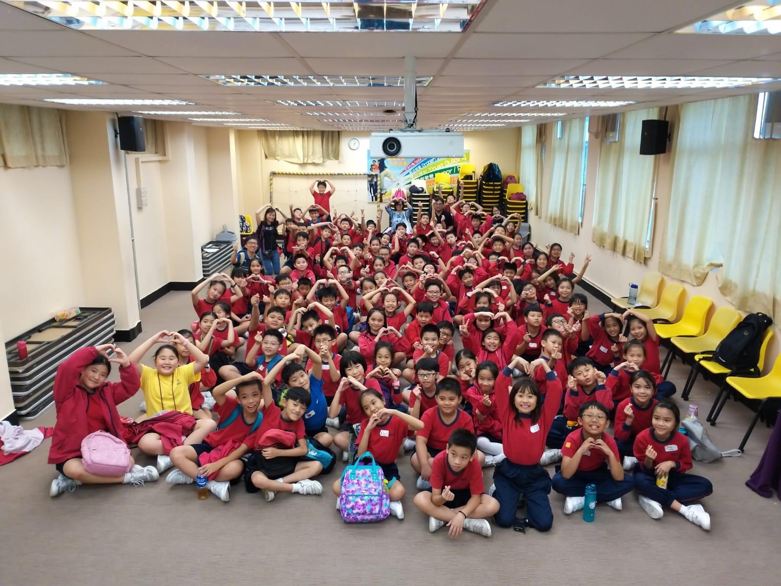 學校收生人數大增,由小班變為大班。
