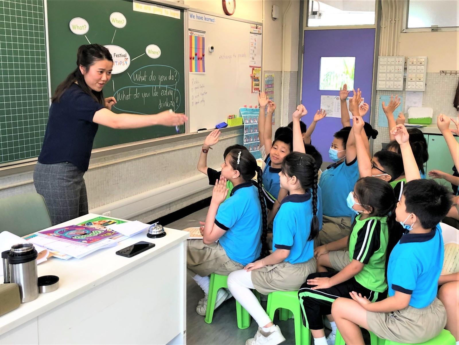 學校加強學生的讀寫能力。