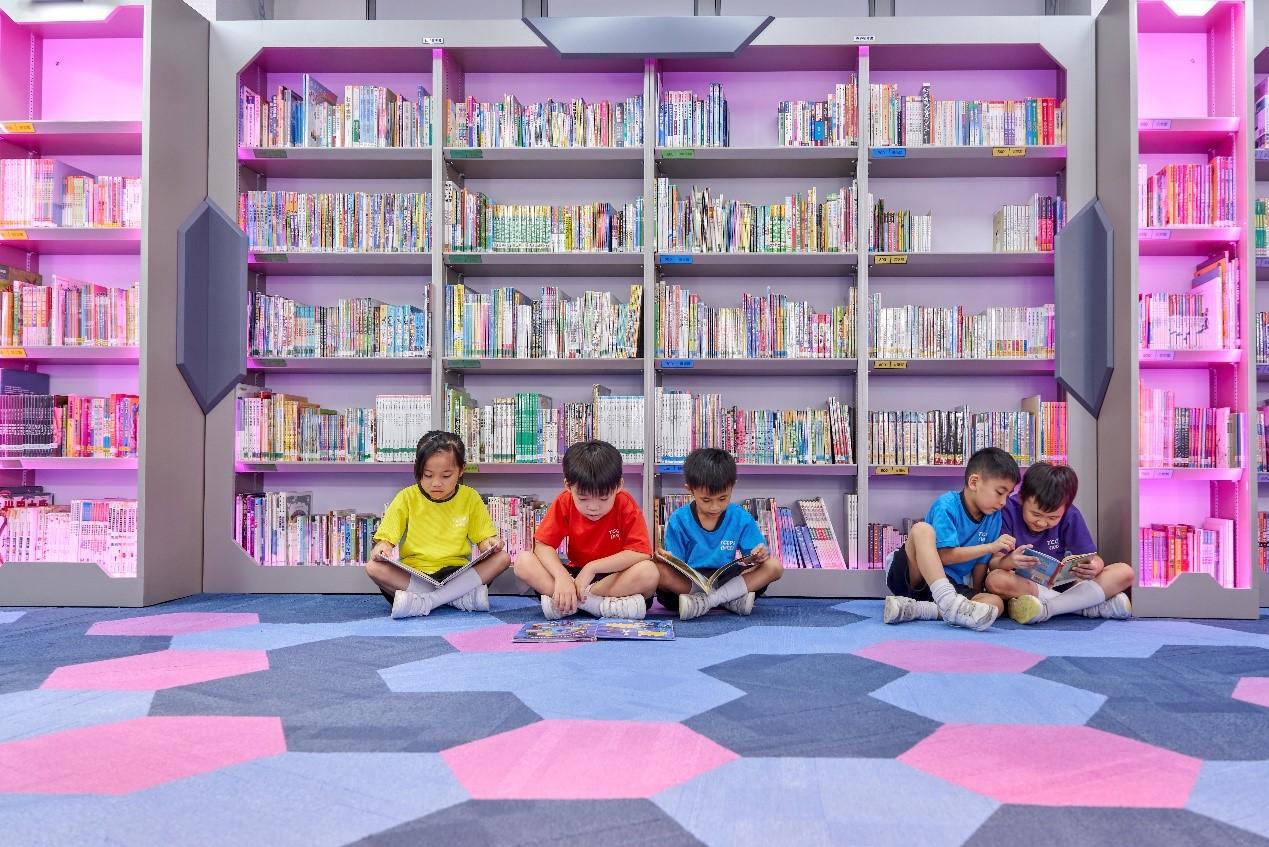 學校精心設計圖書館,讓學生享受更好閱讀環境。