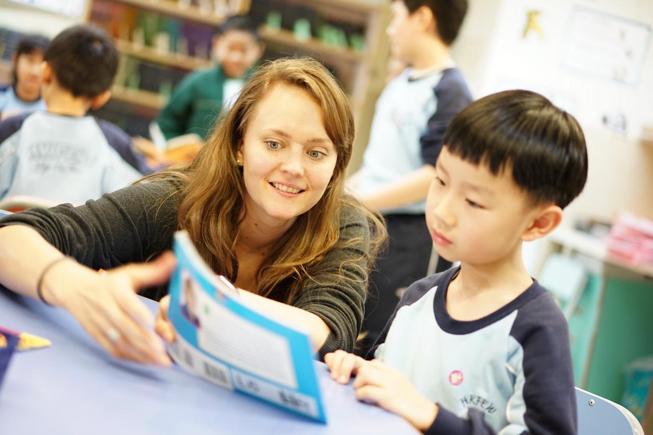 學校舉行英文週,營造英語氛圍。