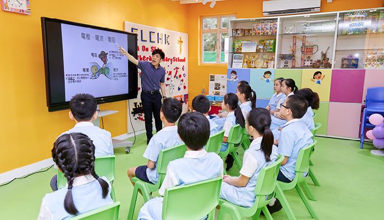 老師在STEM ROOM授課,注重發展學生高階思維能力