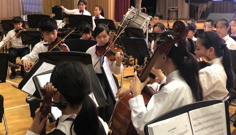 學校設有弦樂團,經常對外演出。
