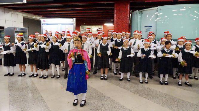 同學走出校園,在社區表演,與眾同樂