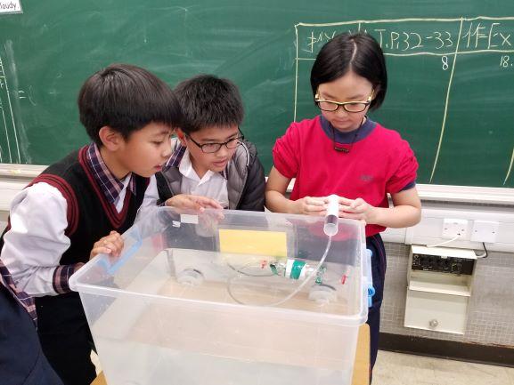 學生進行實驗