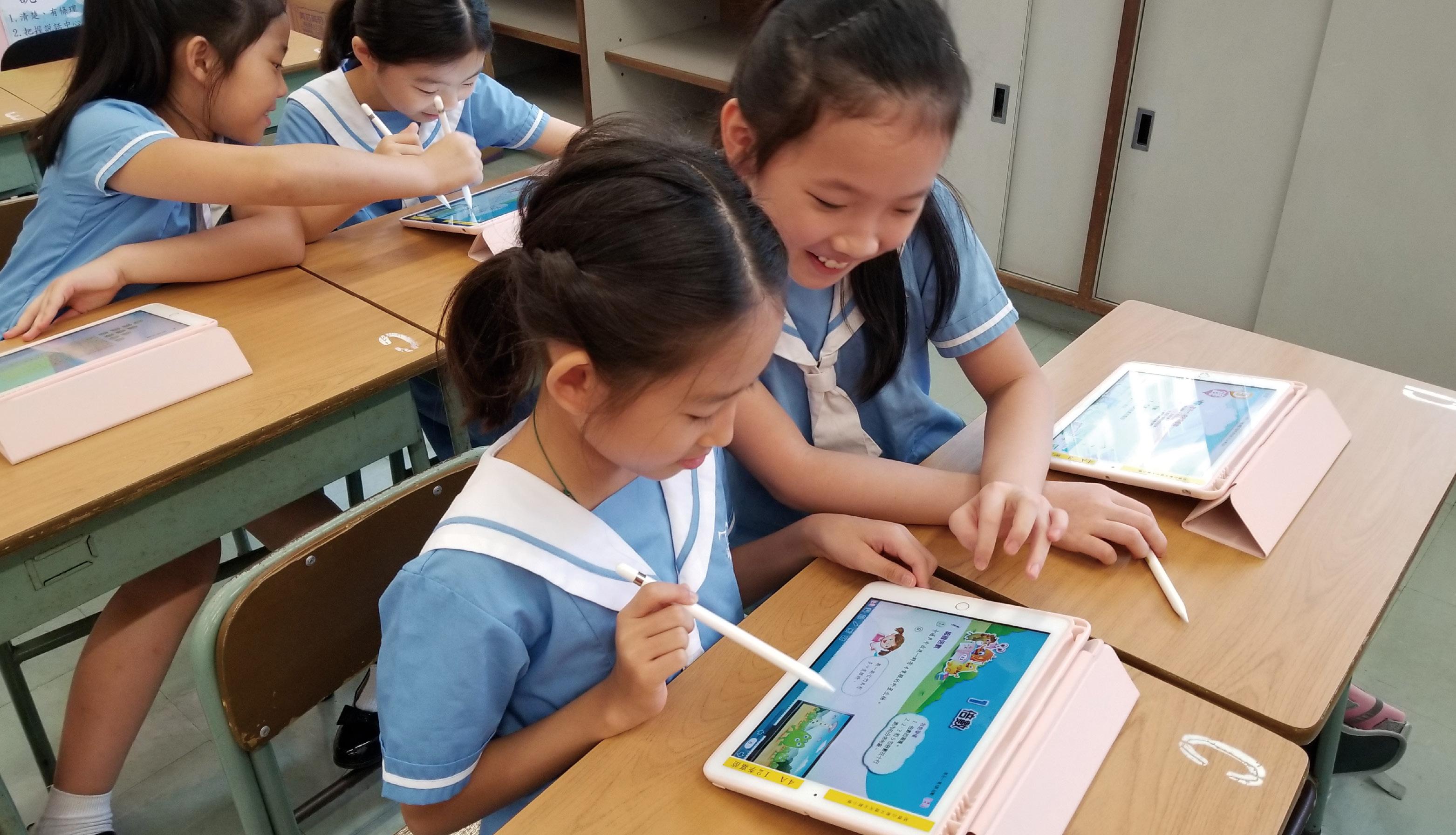 利用ipad 進行電子學習。