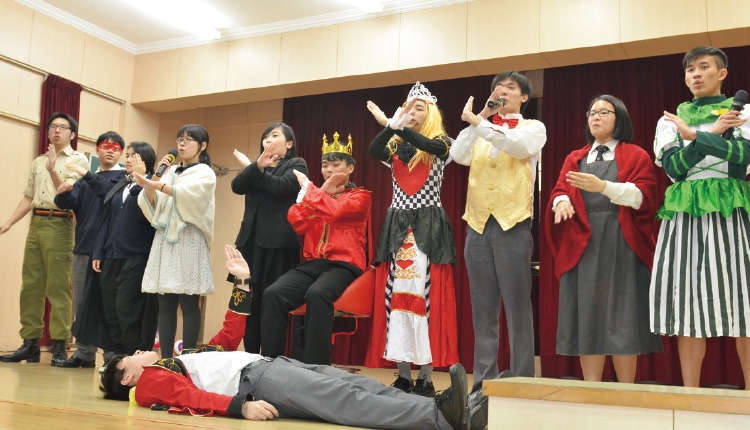 參與英文戲劇的同學在課堂以外也能學習英語。