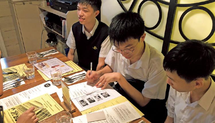 學生到西式餐廳,認識餐桌禮儀與文化。