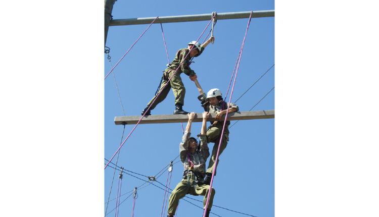 同學們參加領袖訓練營,在高空結構訓練中考驗大家的合作精神。