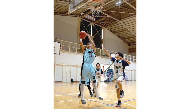 籃球校隊與埼玉大學附屬中學進行了籃球比賽, 實力旗鼓相當。