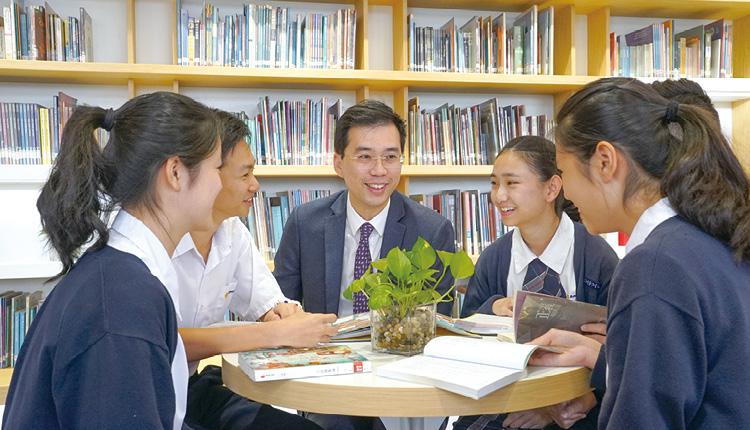 陳校長鼓勵學生看書時,交流心得。