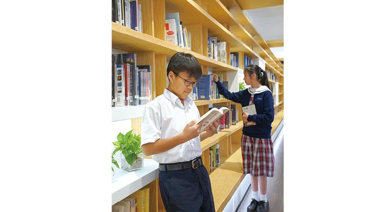 圖書館有近2 萬多本藏書, 種類繁多,學生可以透過 閱讀來觀看世界。