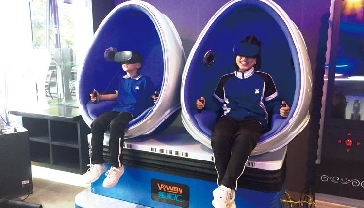 學校投放大量資源建造STEM實驗室,而Maker Laboratory 內已經添置 VR 體感模擬器,系統能支援遊戲引擎。同學也可自行編程及拍攝實景,套用成電子遊戲的背景。