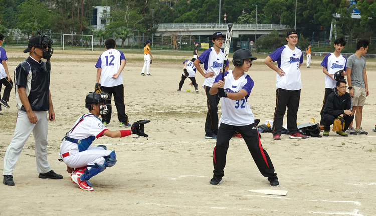 同學們進行壘球練習,為日後代表學校出賽作準備。