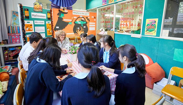 外籍老師與學生一同閱讀英文書,讓他們感受英語閱讀的樂趣。