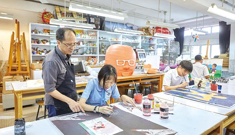 視藝科老師指導學生創作,豐富他們的學習經歷。