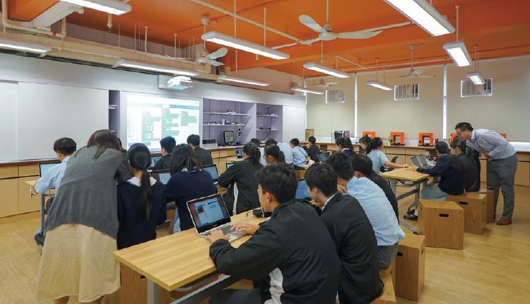 學生在 Inno Space 學習編程技巧。