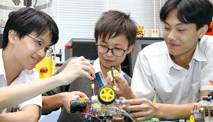 學生運用課堂所學,用心製作機械車。