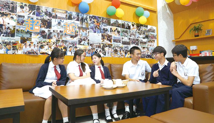 同學可結伴到咖啡休閒角,休息、閑聊、溫習各適其式,也締造學生對校園的歸屬感。