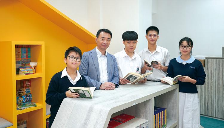 校園內擺設多個書架,同學在課餘時持續閱讀,增進知識。