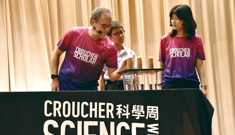 同學在台上與The Science Museum Group 進行實驗。