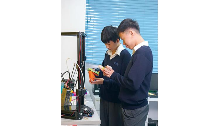 同學先設計模型外觀,再運用3D 打印機,製作成品。