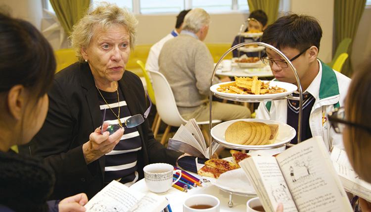同學與外籍導師在 Reading Cafe 學習英語。