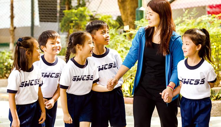 老師與學生關係 密切,關顧他們成長所需。