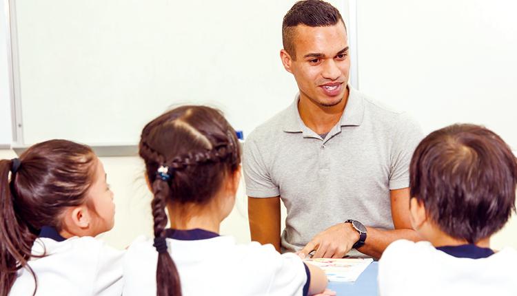 學校斥資增聘外籍老師,讓學生有更多機會以地道的英語交流。