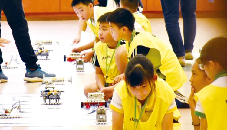 學生遠赴新加坡,參加機械人編程比賽。