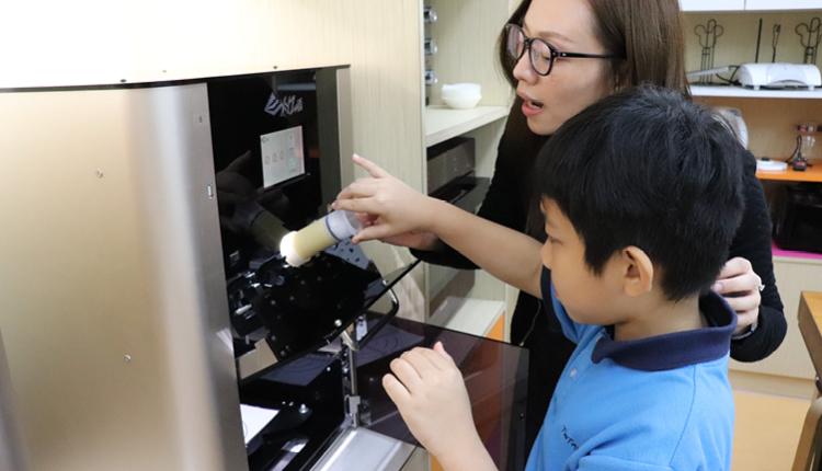 學校開辦科技與生活技能課,並添置3D食物打印機,把STEM 元素融入烹飪課程。