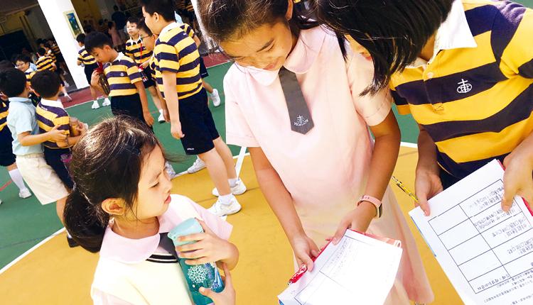 六年級生設計問卷,了解低年級生對夢想桌椅的看法,為「桌椅夢工場」的專題研習作準備。