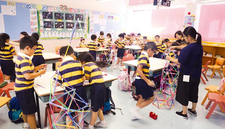 學生從三角形認識建築原理,並運用飲管搭建高塔