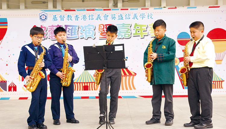 校內色士風隊會到不同社區表演。