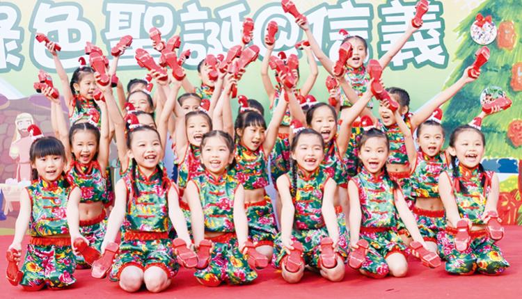 學生無懼寒冷,在社區聖誕活動中表演,舞姿活潑可愛。