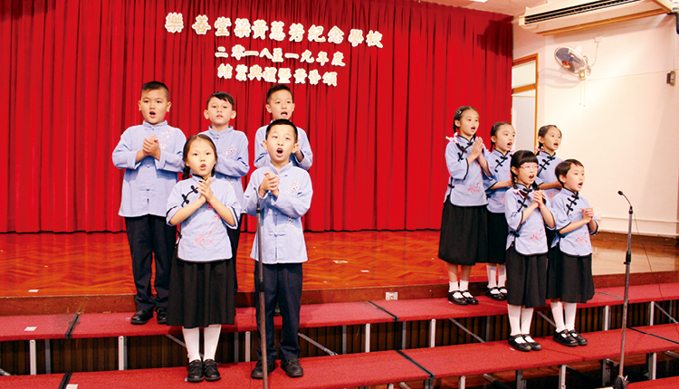 學生在結業禮表演朗誦《弟子規》,聲情俱備。