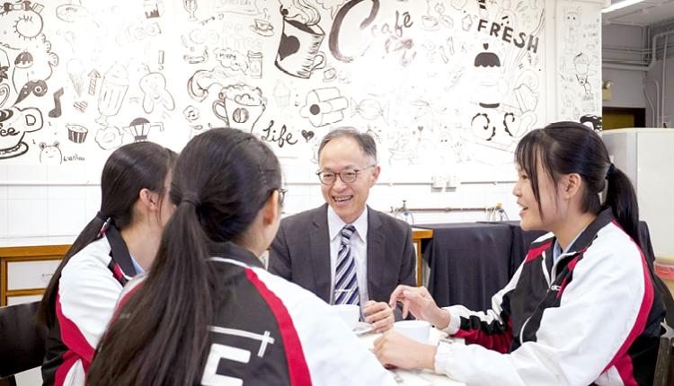 學生在英語咖啡廳與校長用英語閑聊,學以致用。