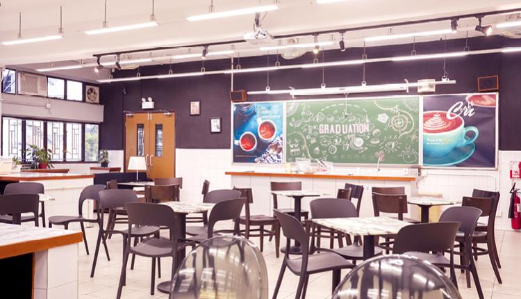 學校把家政室改建成英語咖啡廳,增添學習英語的樂趣。