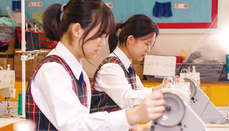 同學們細心縫製衣服,一絲不苟地完成作品。