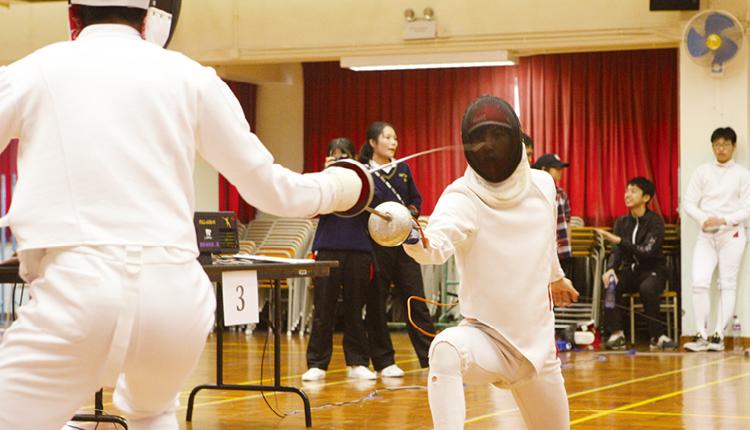 學校鼓勵學生參加劍擊隊和各種球類小組,從而鍛鍊體能、毅力和團體合作精神。