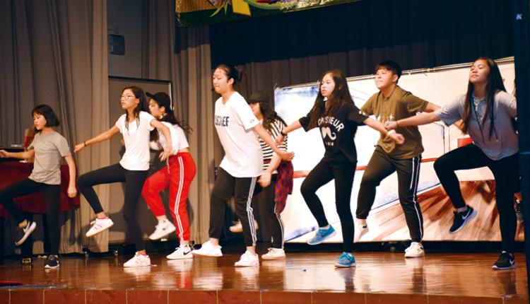 校慶舞需要不斷練習,才能達致合拍齊整,過程中亦加強了同學們合作和溝通的能力。