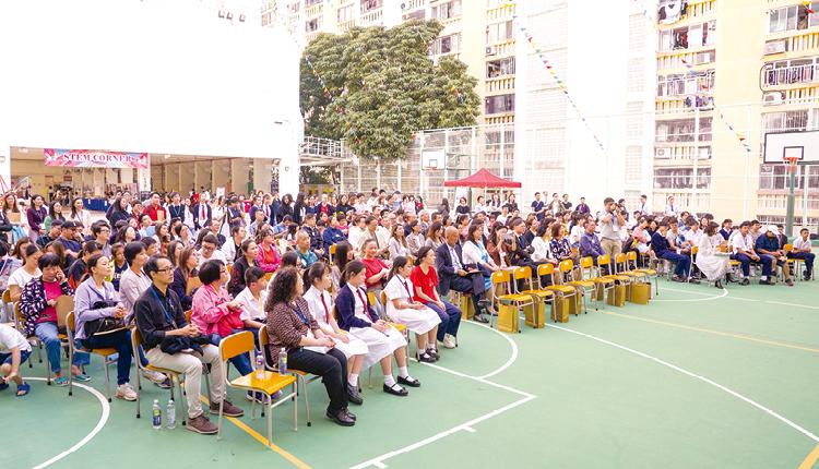 學校之前舉辦 50 周年校慶開放日,吸引不少校友、區內人士前來分享喜悅。