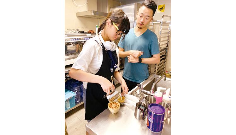 學生透過職場體驗,認識咖啡師的日常工作,從而提高生涯規劃的意識。