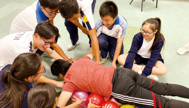 通過領袖訓練營的小組遊戲,學生必須互相溝通和協作,並學會信賴組員。