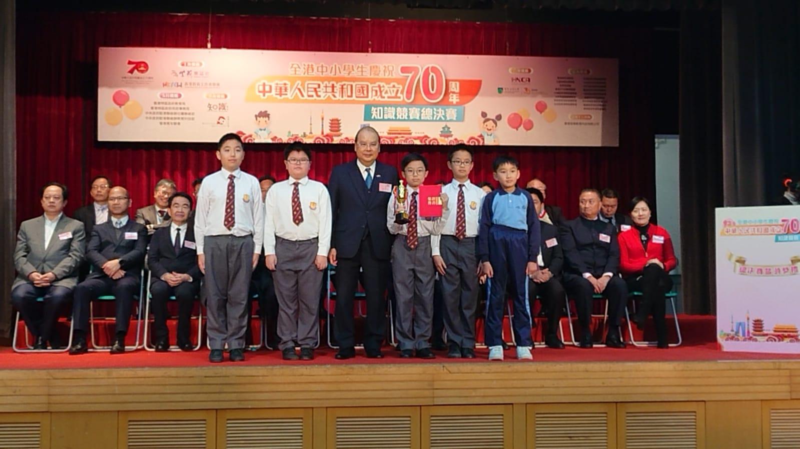 政務司司長張建宗先生頒獎給泰伯紀念學校得獎同學。